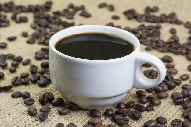 Copo branco com bebida de café