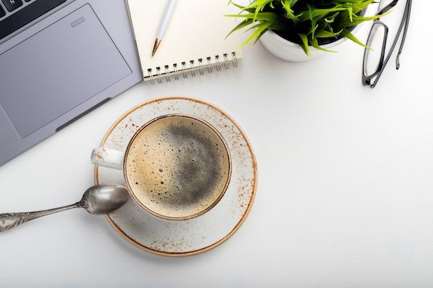 Copo branco com café cappuccino.