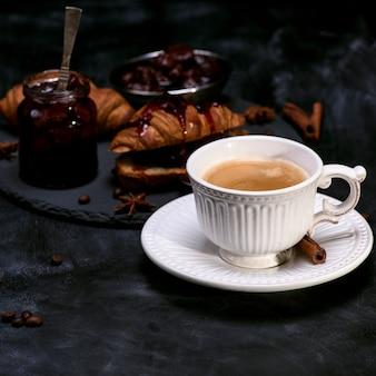 Copo branco com café preto
