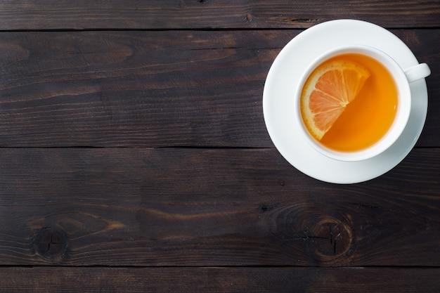 Copo branco com chá de ervas natural com limão