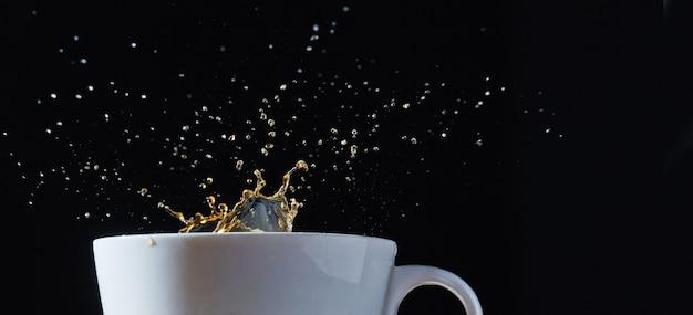 Copo branco com um pouco de café.
