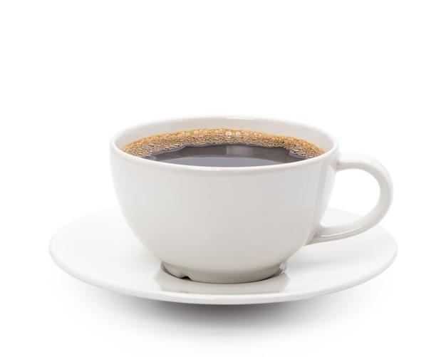Copo branco de café preto isolado no branco com traçado de recorte