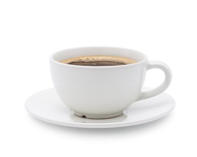 Copo branco de café preto isolado no fundo branco com traçado de recorte