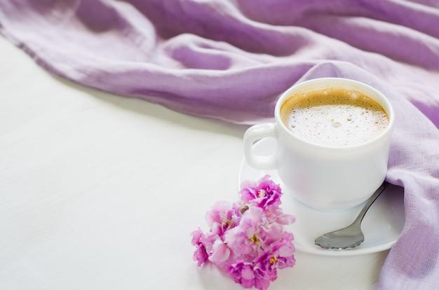 Copo branco do café ou do cappuccino da manhã.