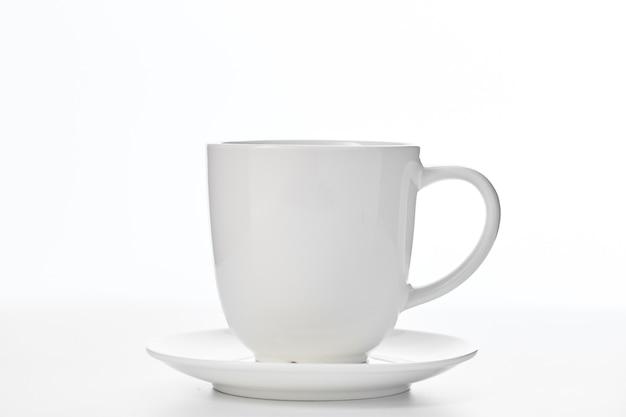 Copo branco vazio isolado no branco