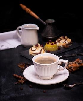 Copo cerâmico branco com café preto
