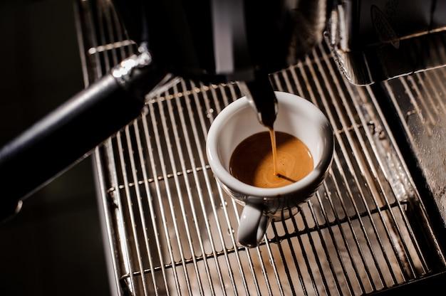 Copo cerâmico branco de um delicioso café expresso