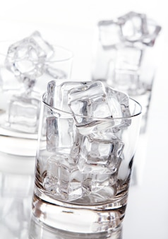 Copo cheio de cubos de gelo