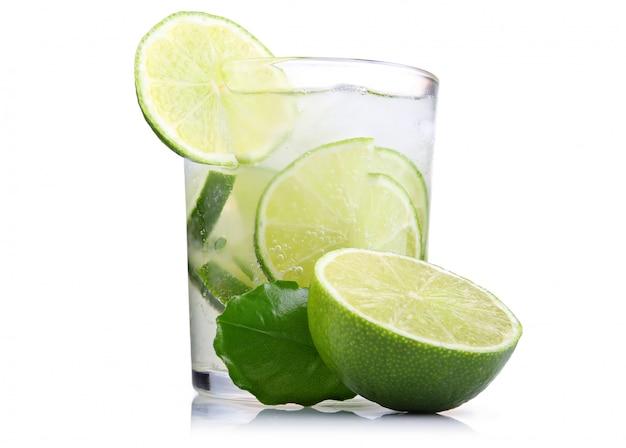 Copo cheio de fresco tônica legal com frutas de limão isolado