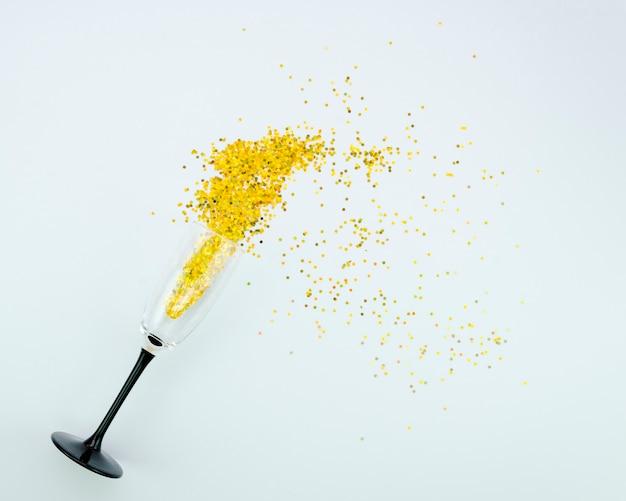 Copo cheio de glitter dourado vista superior