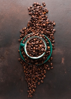 Copo cheio de grãos de café torrados