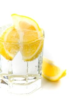 Copo com água com gás e rodelas de limão