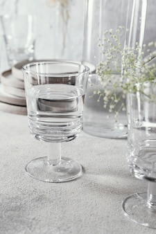 Copo com água na mesa