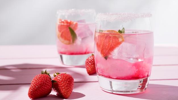 Copo com bebida aroma de morango frio