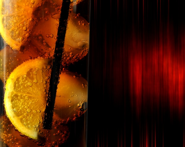 Copo com bebida de coca-cola e limões