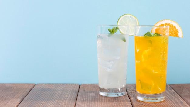 Copo com bebida de laranja e limonada