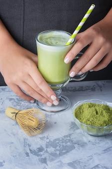 Copo com café com leite verde. chá verde matcha e bebida de leite de soja.