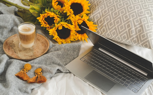 Copo, com, cappuccino, girassóis, quarto, manhã, conceito, outono