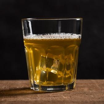Copo com cerveja e cubos de gelo