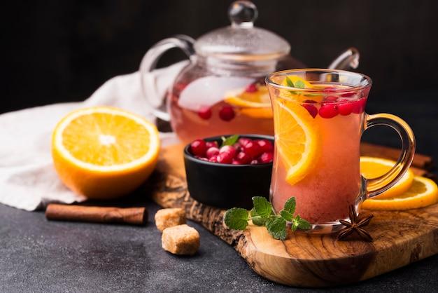 Copo com chá de sabor frutado