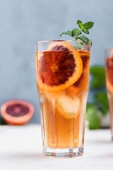 Copo com chá gelado de frutas