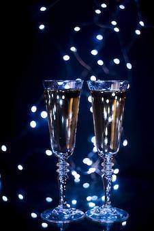 Copo com champanhe no pano de fundo escuro na boate