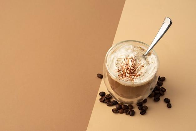 Copo com chantilly e café