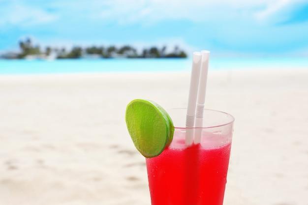 Copo com coquetel na praia do mar