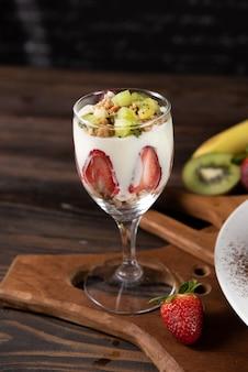 Copo com frutas e iogurte
