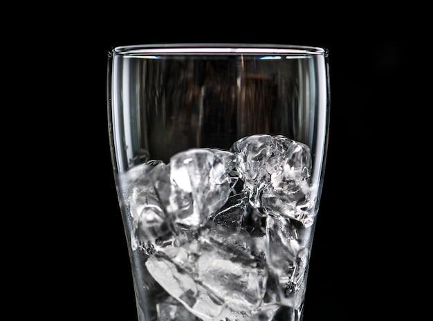 Copo com gelo macro tiro