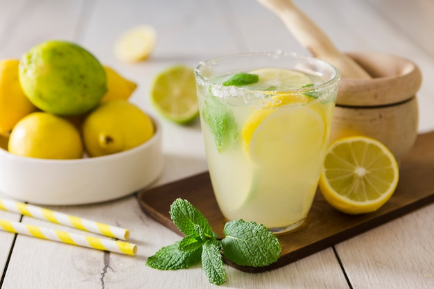 Copo com limonada e hortelã