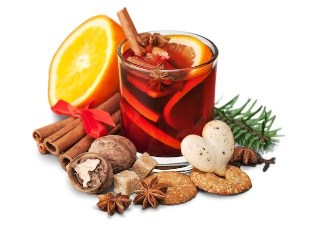Copo com quente vermelho quente para o inverno e natal com rodela de laranja,