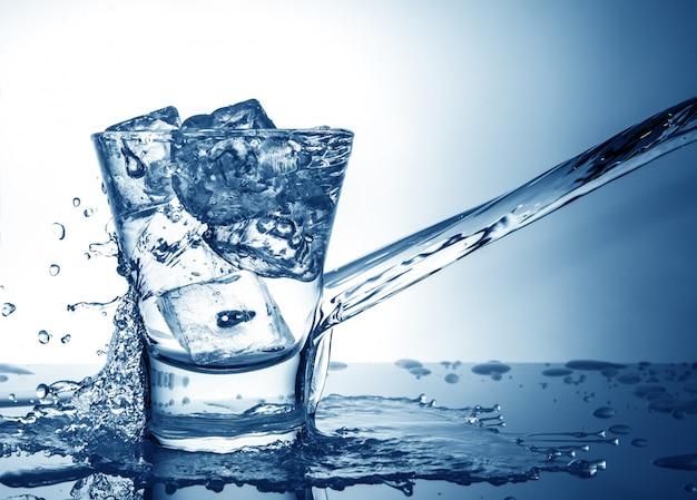Copo com respingo de gelo e líquido