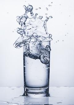 Copo com respingos de água. espirrando água. copie o espaço.