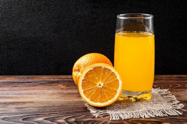 Copo com suco de laranja na mesa