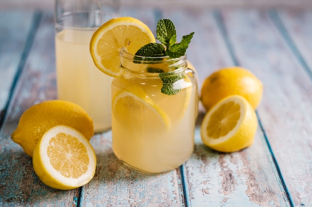 Copo com suco de limão natural