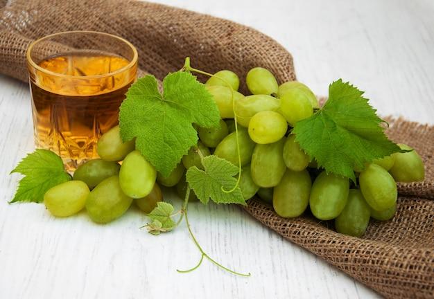 Copo com vinho e uva branca