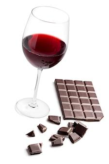 Copo com vinho tinto e barra de chocolate