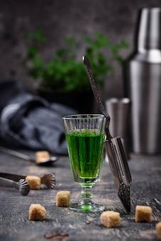 Copo de absinto com açúcar de cana