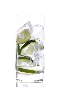 Copo de água com gelo e limão