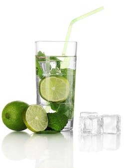 Copo de água com gelo, hortelã e limão isolado no branco