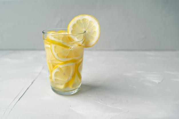 Copo de água com limão. uma dose de choque de vitamina c para tratar vírus. a luta contra o coronovírus com uma grande dose de vitamina c.
