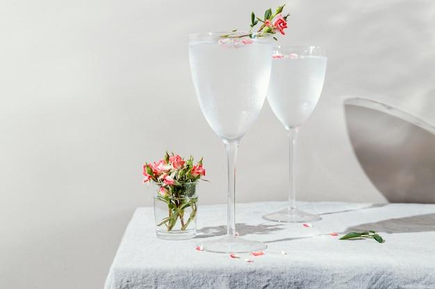 Copo de água com pétalas de flores