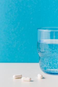 Copo de água com pílulas