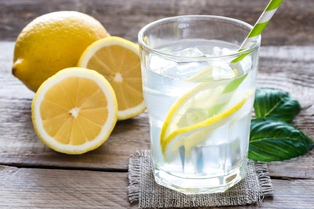 Copo de água com suco de limão fresco e gelo