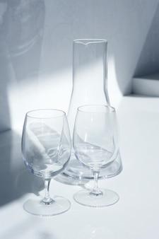 Copo de água e garrafa com sombras transparentes