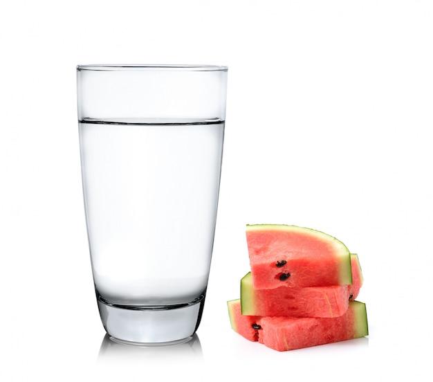 Copo de água e melancia isolado no fundo branco