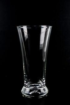 Copo de água em um fundo preto
