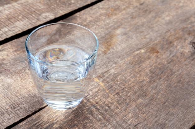 Copo de água em uma mesa de madeira