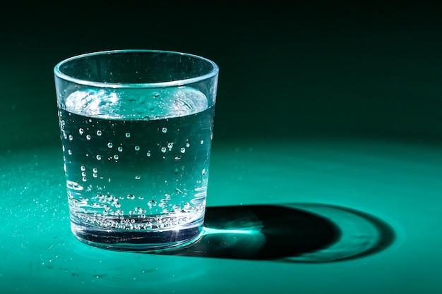 Copo de água em uma mesa
